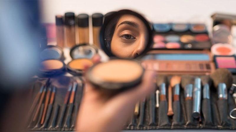 استفاده بیش از حد از محصولات آرایشی